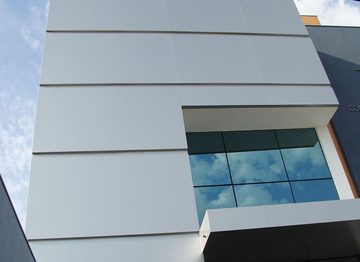 Revestimento em ACM para fachada comercial Afeal