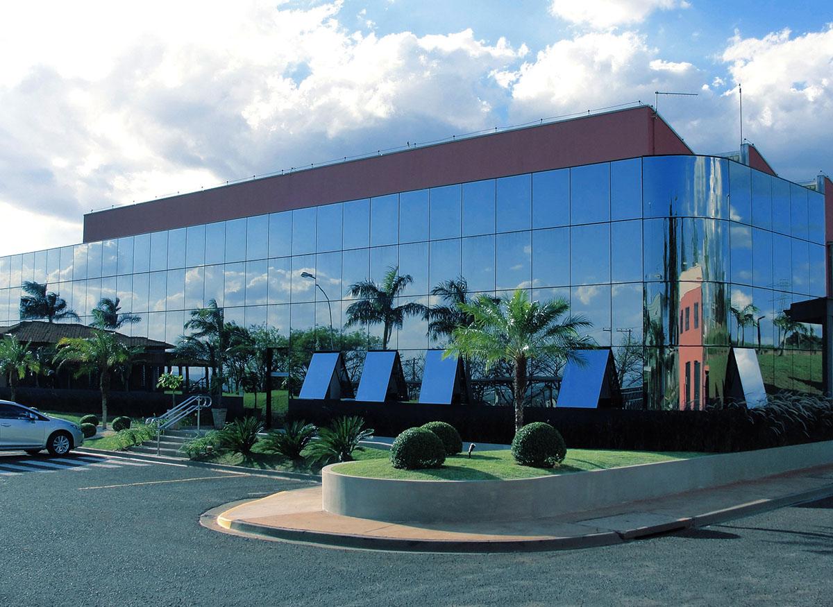 fachada de vidro para empresa e comercio arquitetura